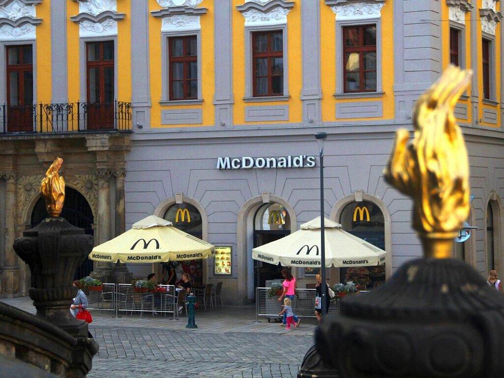 Restaurace McDonald´s v historickém Salmově paláci na Horním náměstí v Olomouci