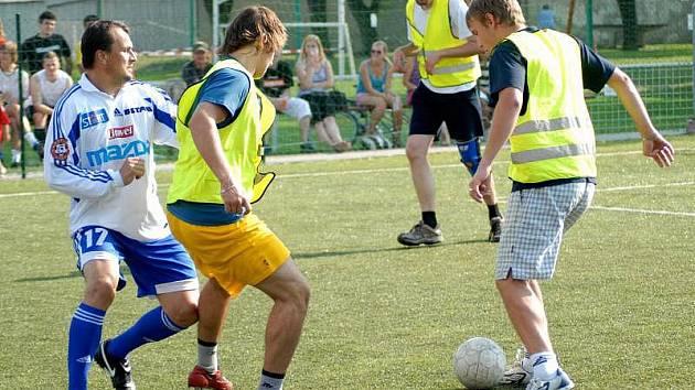 Fotbalový souboj hokejistů Mory s fanoušky. Ilustrační foto