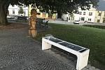 """Na náměstí v Moravském Berouně je k dispozici """"chytrá"""" lavička, která dobíjí mobil a lidé se zde mohou prohánět po internetu."""