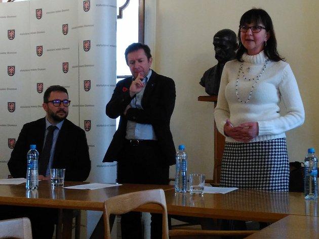 Ocenění za nejlepší motto si v pátek na radnici převzala Helena Kociánová (vpravo) i rektor Univerzity Palackého Jaroslav Miller (uprostřed)