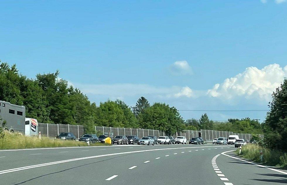 Na paralelní silnici s D35, která je mezi Přáslavicemi a Velkým Újezdem kvůli popraskanému povrchu uzavřena, se tvoří kolony. Stejně tak na sjezdech na objízdnou trasu, 20. června 2021