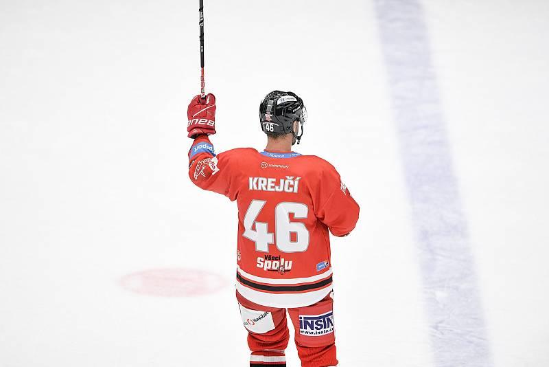 Utkání 1. kola hokejové extraligy: HC Olomouc - BK Mladá Boleslav, 10. září 2021 v Olomouci. David Krejčí z Olomouce děkuje fanouškům.
