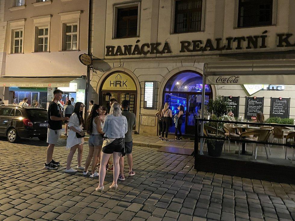 Noční život v centru Olomouce se vrací do normálu, Riegrova ulice, 18. června 2021
