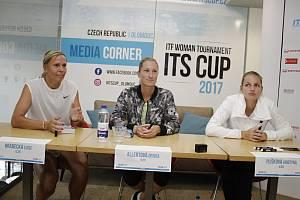 České tenistky zamířily před začátkem turnaje ITS Cup na tiskovou konferenci a autogramiádu
