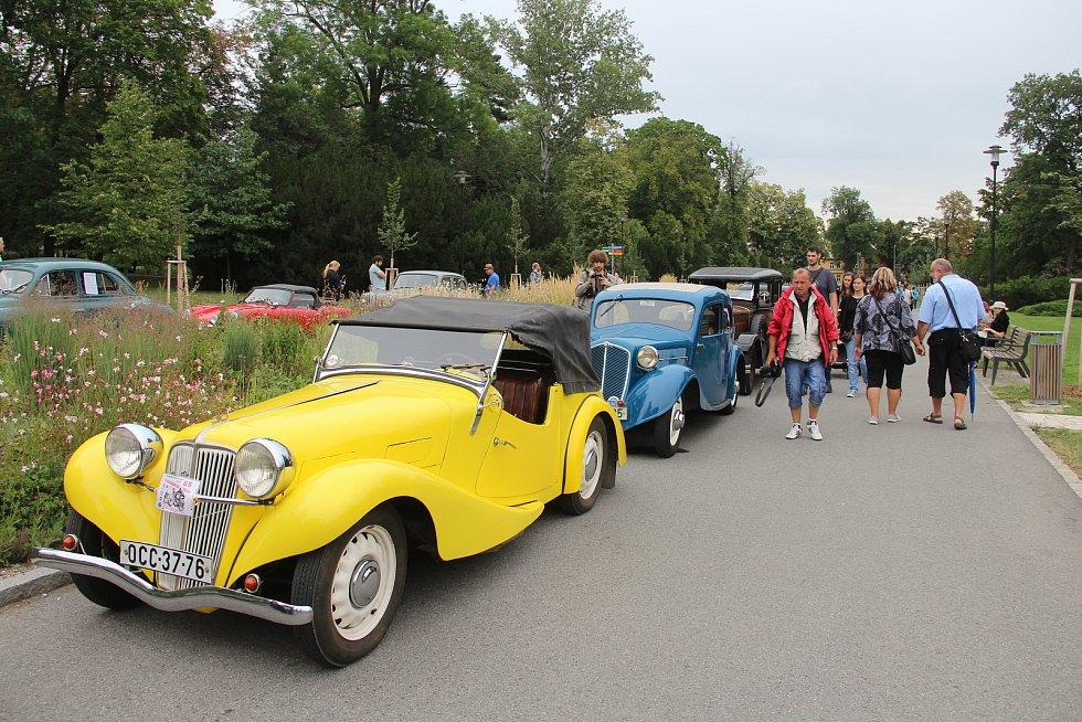 Nablýskaní veteráni, vyrobení do roku 1964 zaplnili v sobotu dopoledne část Rudolfovy aleje v olomouckých Smetanových sadech. Konal se tradiční Svatokopecký okruh.