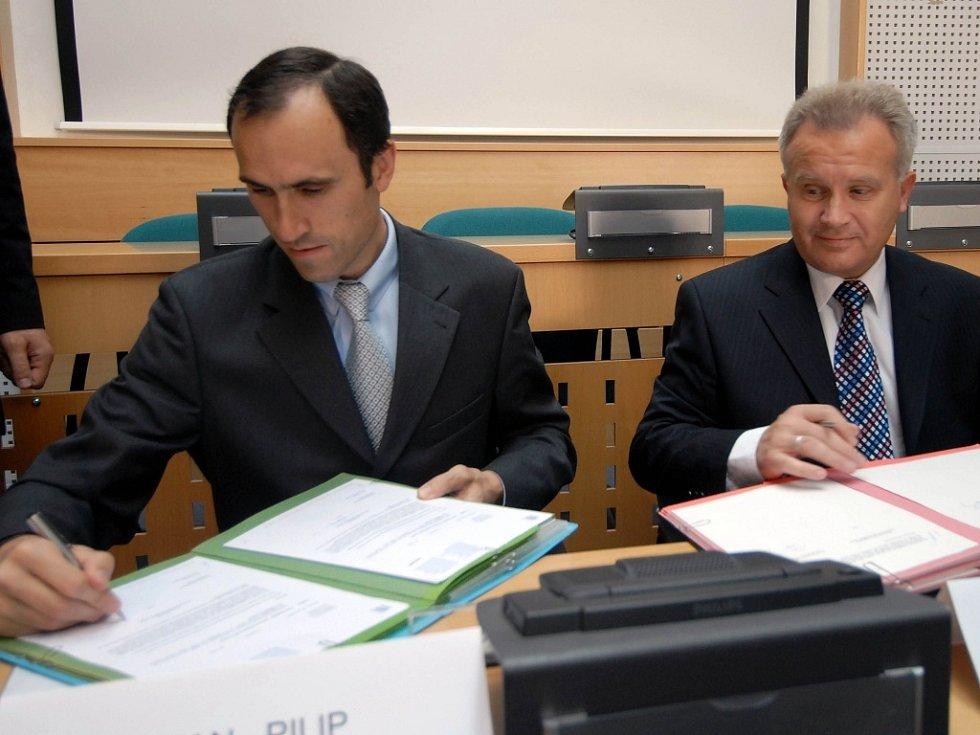 Úvěr podepsal viceprezident Evropské investiční banky Ivan Pilip (vlevo) a hejtman Ivan Kosatík.