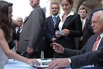 Václav Klaus se podepisuje mladé dívce.