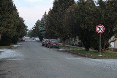 Nová značka upravující rychlost už v pondělí čekala na řidiči před ulicí Nádražní ve Velké Bystřici. Místní doufají, že zpomalí hlavně náklaďáky, které jedou od nádraží.