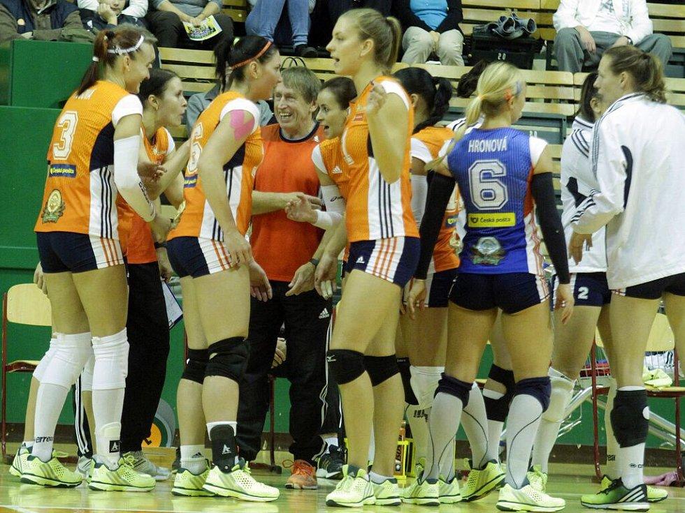 Volejbalistky Olomouce (v oranžové) proti Přerovu