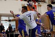 Házenkáři Litovle (v bílém) porazili ve třetím zápase play out Zlín 29:25.