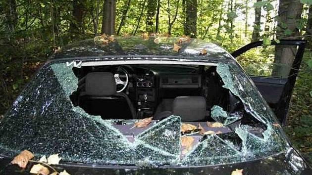 Automobil, kterým lupiči z čerpací stanice v Dřevohosticích ujížděli