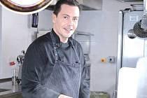 Šéfkuchař Otto Kokoszynski při práci