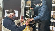 Vinaři začali provozovat vinotéku na kolech. Na snímku Michal Ješko z Vinařství Holánek obsluhuje zákazníky v Majetíně, 23. ledna 2021
