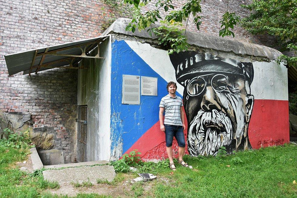 Petr Zavadil, ředitel olomoucké pobočky neziskové organizace Post Bellum, u bývalého krytu civilní obrany v Bezručových sadech v Olomouci