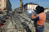 Práce na přestavbě mostu na Masarykově třídě v Olomouci,  3. dubna 2020