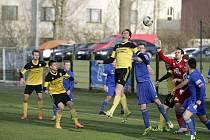 Fotbalisté Nových Sadů (ve žlutém) podlehli Rýmařovu 0:2