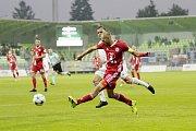 Olomoučtí fotbalisté (v červeném) v sedmém kole HET ligy vyhráli na hřišti Karviné 5:3.Michal Vepřek