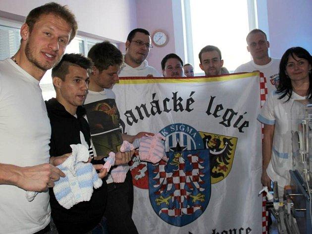 Fotbalisté Sigmy Olomouc předávali spolu s fanoušky dar ve fakultní nemocnici. Zdeněk Zlámal, Pavel Dreksa, Jan Navrátil