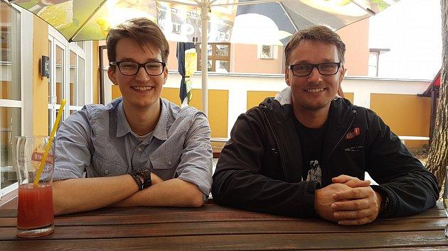 Václav (vlevo) a Miloslav (vpravo) Outratovi natočili celovečerní dokument snázvem 10:15 čas na fotbal ohistorii uničovského fotbalu.