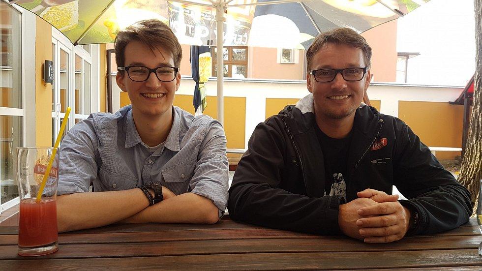 Václav (vlevo) a Miloslav (vpravo) Outratovi natočili celovečerní dokument s názvem 10:15 čas na fotbal o historii uničovského fotbalu.