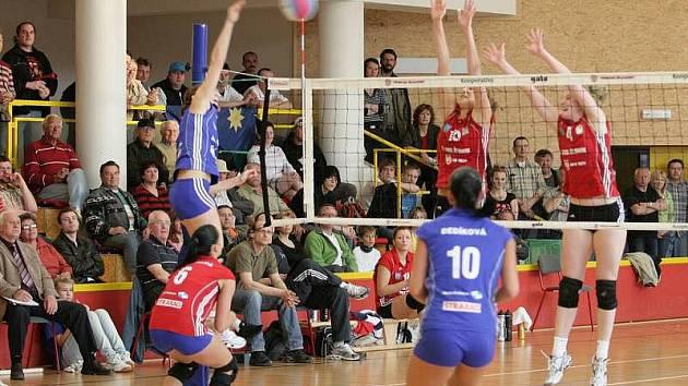 Volejbalistky Šternberka (v červeném) proti Olomouci