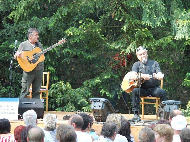 Koncert Wabiho Daňka a Miloše Dvořáčka v arboretu v Bílé Lhotě