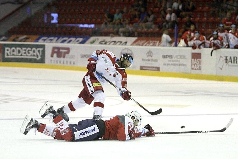Olomoučtí hokejisté (v bílém) porazili na svém ledě Pardubice 2:1. Střílí Martin Vyrůbalík.