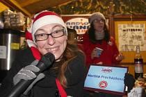 Zaměstnanci Rádia Haná a Kina Metropol prodávali ve středu ve stánku Dobrého místa pro život na olomouckých vánočních trzích.