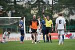 Fotbalisté 1. HFK Olomouc (v bílém) remizovali na domácí půdě v Holici s Přerovem 2:2.