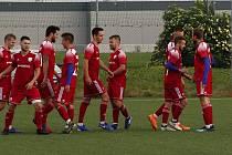 Fotbalisté Uničova (v červeném). Ilustrační foto