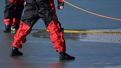 Záchrana tonoucího, pod kterým se propadl led. Ilustrační foto