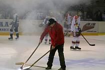 Odklízení světlice z ledu v extraligovém zápase Olomouce s Vítkovicemi