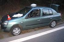 Motorkář urazil renaultu zpětné zrcátko, řidič se zranil