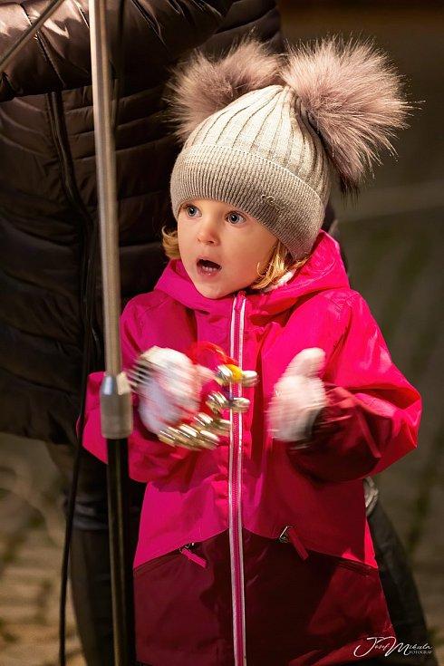 V Uničově oslavili vítězství v anketě Olomouckého deníku o nejkrásnější vánoční strom ve čtvrtek při podvečerním setkání na Masarykově náměstí. AUTOR: Josef Mikula