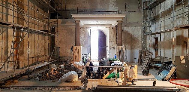 Kapli svaté Anny na olomouckém Václavském náměstí, hned vedle katedrály svatého Václava, obsadili řemeslníci. Opět by se měla otevřít za dva roky, nově bude přístupná i turistům.