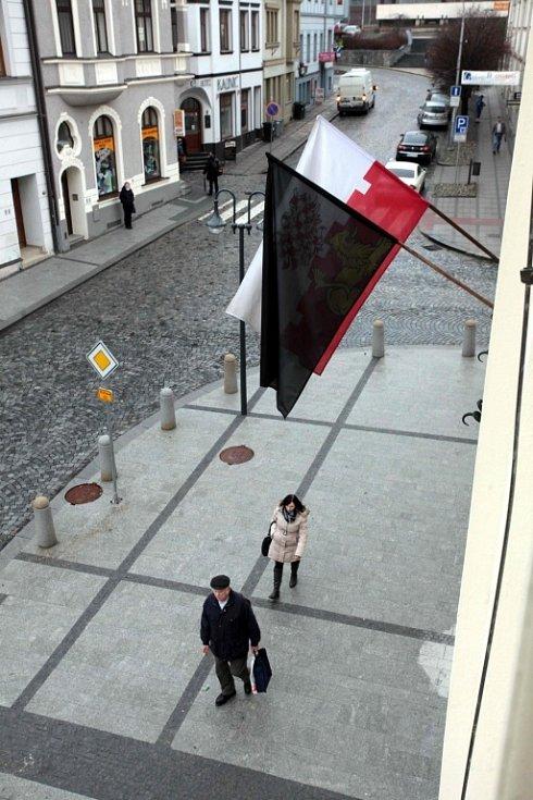 Pietní akt v Uherském Brodě k uctění památky obětí úterního masakru - černá vlajka na radnici