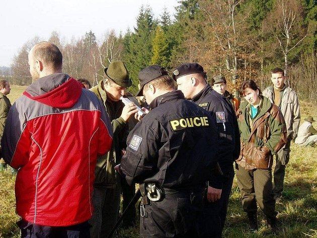 Myslivce kontrolovali policisté.