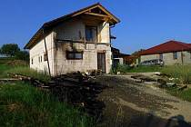 Palety před rozestavěným domem v Sobáčově na Litovelsku začaly v noci na středu 3.8. hořet. Žár poškodil i dům