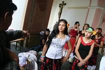 Romská pouť na nádvoří baziliky Navštívení Panny Marie.