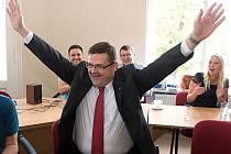 Lumír Kantor slaví vítězství ve druhém kole senátních voleb