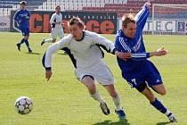 Vojtěch Štěpán (vpravo) bojuje o míč.