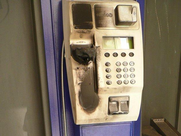Ohořelý telefonní přístroj v budce Na Šibeníku