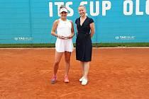 Sára Bejlek (vlevo) po svém premiérovém vítězství mezi ženami na turnaji ITF v Olomouci.