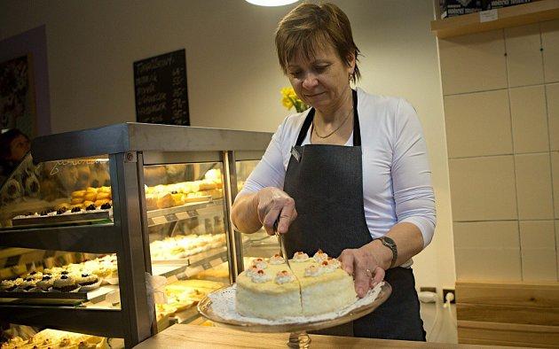 Tvarůžková cukrárna rodiny Poštulkovy zLoštic otevřela vDenisově ulici vcentru Olomouce