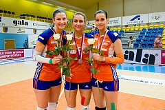 Olomoucké volejbalistky se stříbrnými medailemi. Nikol Sajdová (vlevo), Šárka Kubínová (uprostřed), Darina Košická.