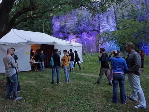 Koncert v šapitó pod olomouckými hradbami v Bezručových sadech