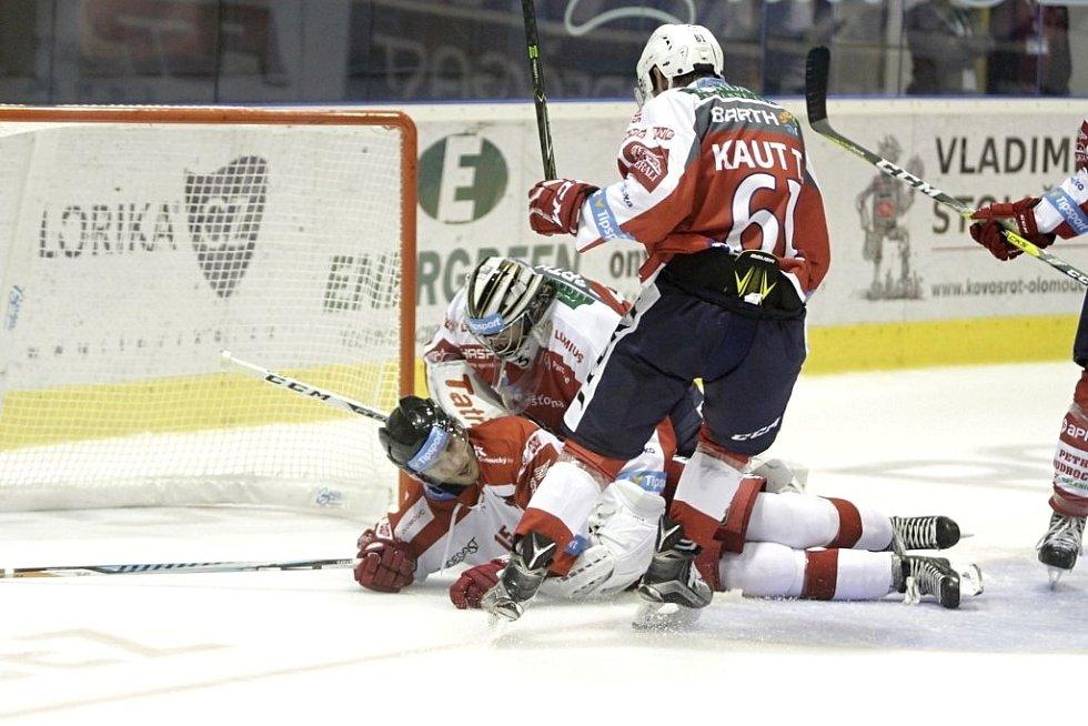 Olomoučtí hokejisté (v bílém) porazili na svém ledě Pardubice 2:1