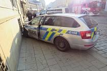 Na třídě 1. máje v Olomouci se v pátek ráno srazil služební vůz policie s osobním autem, při nehodě se středně těžce zranili dva muži.