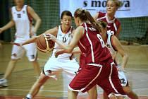 Olomoucké basketbalistky (v bílém) proti Pardubicím