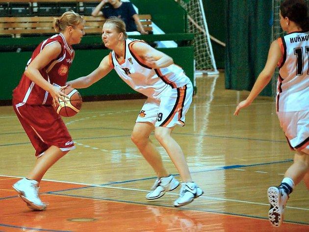 Olomoucké basketbalistky (v bílém)